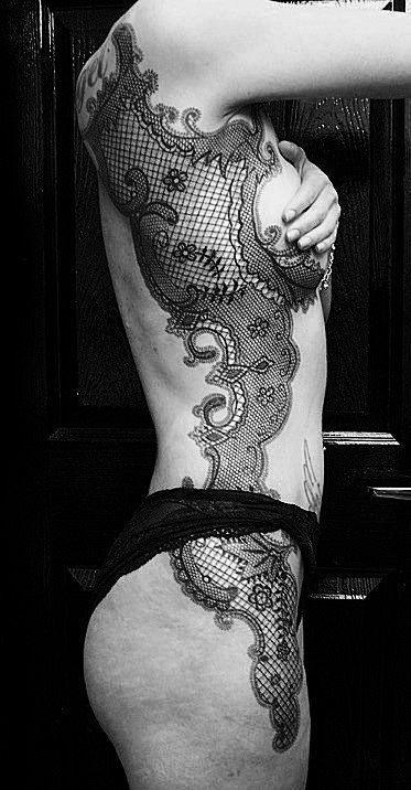 effet dentelle avec belle guipure sur le ventre, la hanche et l'omoplate d'une femme