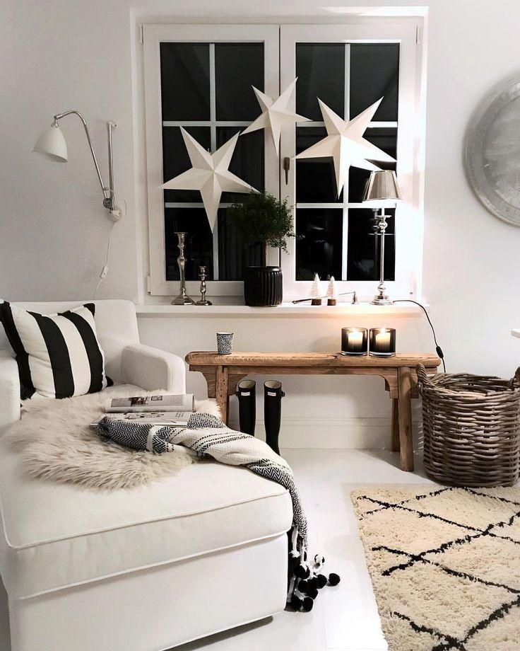 Weihnachtliches Wohnzimmer ganz in schwarz- weiss …