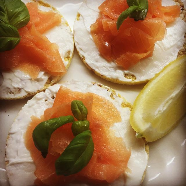Healthy start at work. Corn crackers with cream cheese and smoked salmon, topped with fresh basil leaves. #healthyworkfood