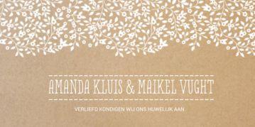 Klassieke trouwkaart met bruin kraftpapier op de achtergrond en mooie witte bloemen en trendy lettertype. Aan de binnenzijde de tekst en illustratie in stijlvol goud(kleur).