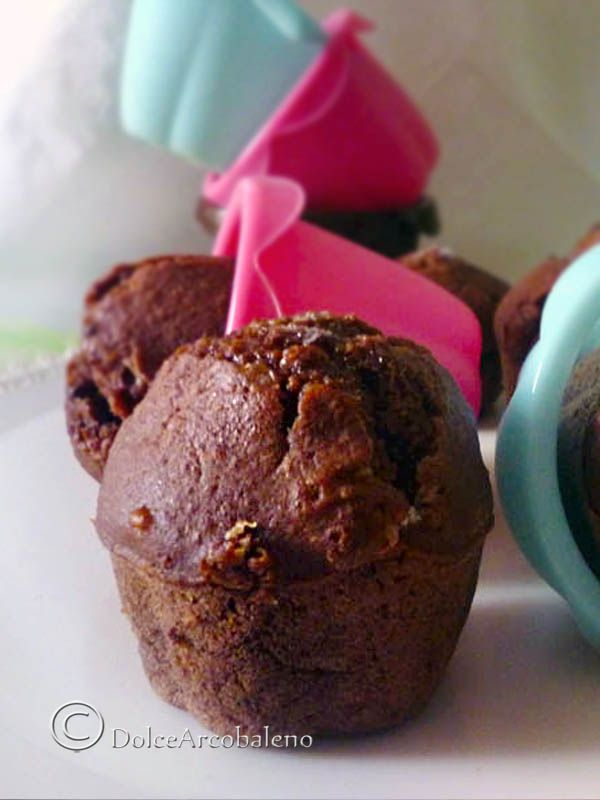 Soffici, profumati muffin al cioccolato vegan, per godere di un momento di golosità nel completo rispetto per la natura che ci circonda. Soft, fragrant chocolate muffins vegan to enjoy a moment of gluttony in full respect for the nature that surrounds us.