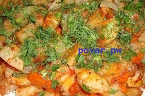 КАРТОФЕЛЬ, ЗАПЕЧЕННЫЙ В ДУХОВКЕ НА ГАРНИР  Готовится из обычных продуктов в рукаве для запекания, благодаря чему максимально сохраняются витамины.                                                    ИНГРЕДИЕНТЫ:  - картофель 5 шт. - морковь 1 шт. - лук репчатый 2 головки - масло растительное 2-3 ст.л. - паста томатная 2-3 ст.л. - специи   - зелень                                                          ПРИГОТОВЛЕНИЕ:  Шаг 1 : Лучше взять молодой картофель, почистить и порезать дольками…
