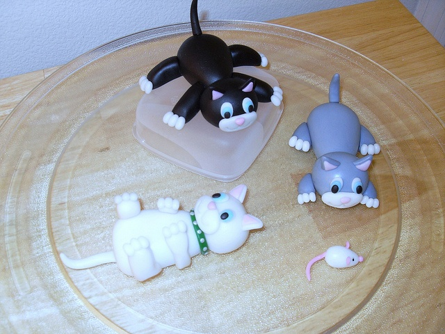 #Fondant Cats Like,Repin,Share, Thanks! to make the little kitties for Lisa's birthday cake!