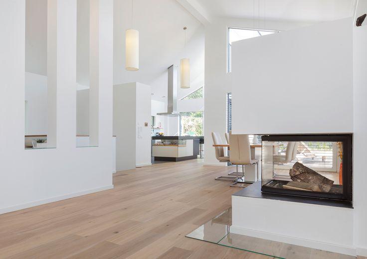 ein sehr modern in weiß gehaltenes haus mit einem etwas ... - Wohnzimmer Modern Mit Kamin