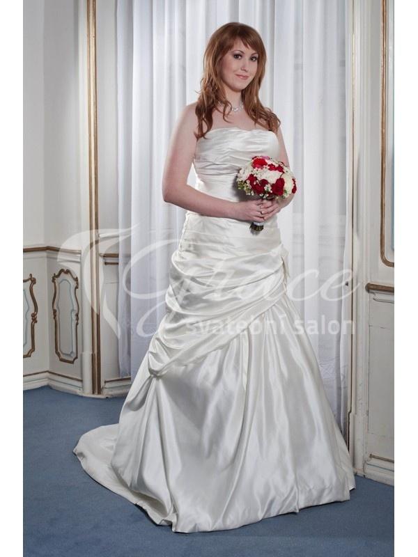 Bílé svatební šaty s vlečkou.  http://salon-grace.cz/svatebni-saty/92-elegantni-svatebni-saty-v-barve-champagne.html