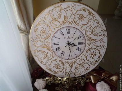 Купить или заказать Настенные часы Вальс в розовом Рококо в интернет-магазине на Ярмарке Мастеров. Настенные часы нежнейшего розового цвета, цвета розового зефира, декупаж, объемное декорирование, золочение поталью ('сусальным золотом'). Толщина 1,5 см, на задней стенке выемка для механизма, для полного прилегания часов к стене, подвес. Стоимость - 2900 Эффектные настенные часы в стиле роскошной классики.