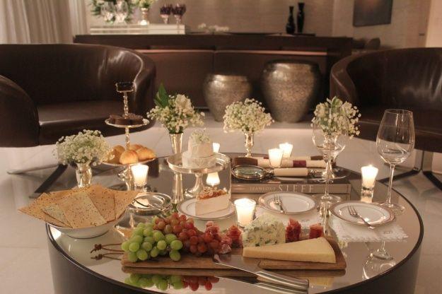 Mesa Queijos e Vinhos Brie, grana padano, gorgonzola, e camembert, acompanhados de uvas e presunto cru.