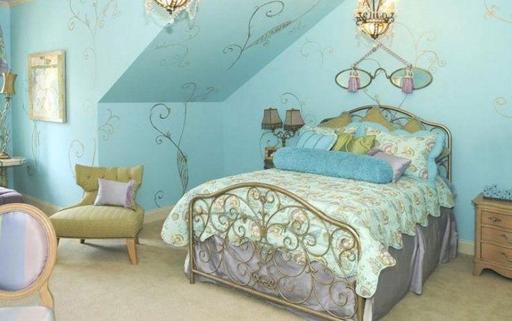 chambre fillette décorée sur le thème princesse - peinture murale turquoise, cadre de lit métallique et stickers muraux arabesques