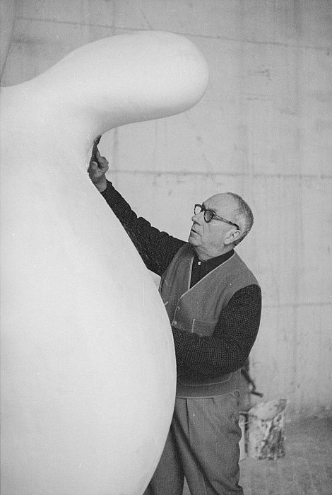 Hans (Jean) Arp at work