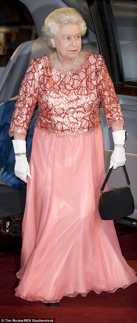 The ultimate guide to the Queen's style revealed   Daily Mail Online