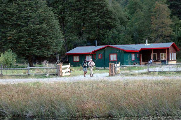 Paloma River Lodge, un paraíso para la pesca con mosca seca   En Chile existen muchos lugares para la práctica de la pesca con mosca, pero sólo un paraíso para la pesca con mosca seca, este destino exclusivo es el Paloma River Lodge. Situado en el valle del río Paloma en la región de Aysén, y a escasa distancia del aeropuerto de Balmaceda