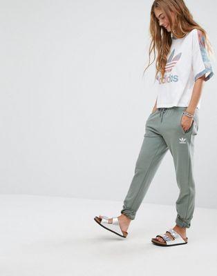 adidas Originals – Pastellfarbene Sweatpants mit Tarnmuster in Khaki