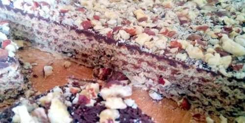 U nas, w SunLife.com.pl, jeśli chodzi o desery, to w tygodniu panuje posucha. Odbijamy sobie w weekend, gdy szykujemy coś niekoniecznie wyszukanego, ale na pewno smacznego. Dziś przygotowaliśmy wafle z nutellą, polane gorzką czekoladą i obsypane potłuczonymi orzechami laskowymi. Gorzka czekolada i orzechy sprawiły, że deser był słodki, ale nie mdły, za to bardzo, bardzo sycący. Był? No, tak. Szybko zniknął.