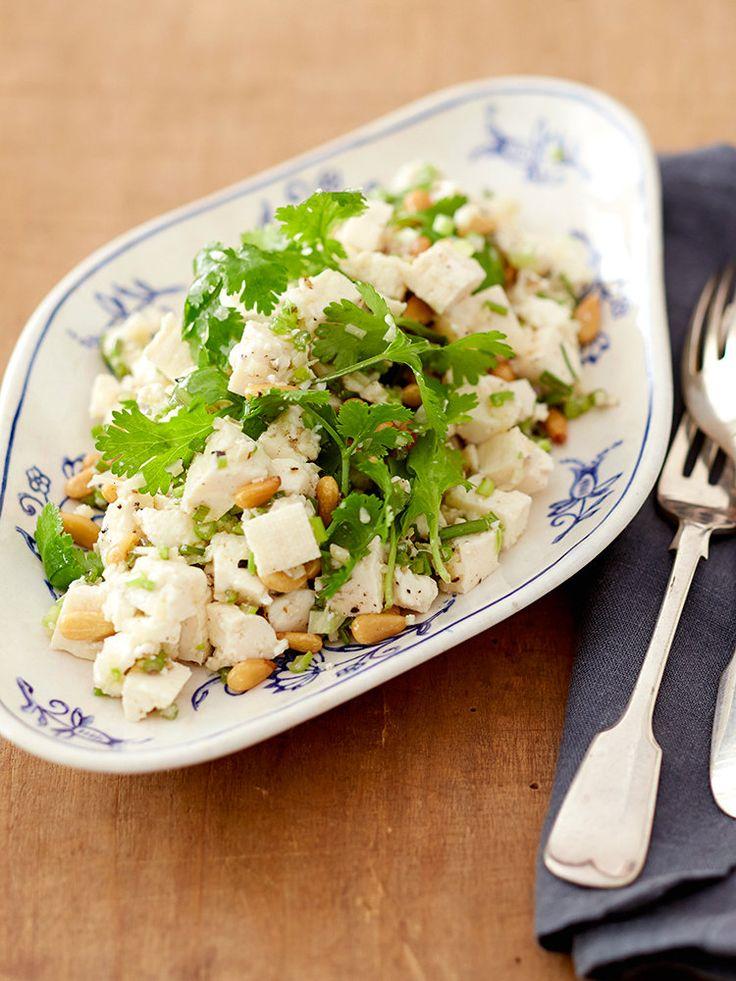 水切りして作る押し豆腐とたっぷりのパクチーで作るヘルシーな冷菜。風味の豊かなパクチーとプレーンな豆腐は相性抜群。不飽和脂肪酸が豊富な松の実をローストして、香ばしく軽やかなアクセントに。|『ELLE a table』はおしゃれで簡単なレシピが満載!