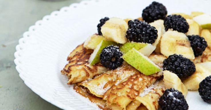 En variation over pandekager med havregryn og fuldkornshvede i dejen og frisk frugt som tilbehør. Ligefrem sunde bliver pandekager dog aldrig. De er til nydelse og hygge…