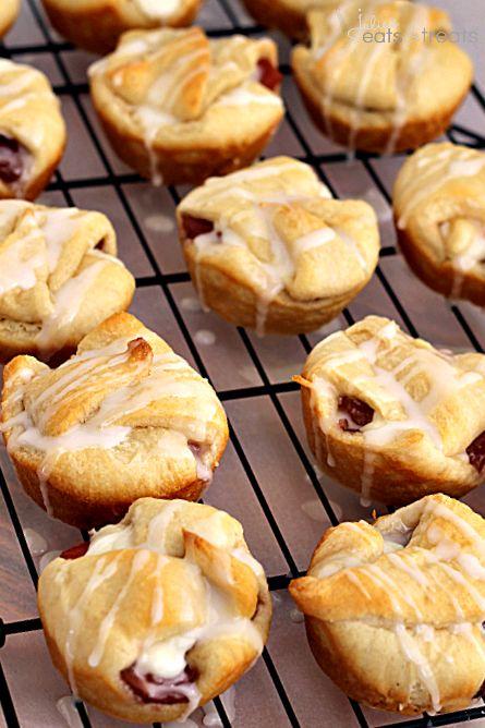 Apple Cranberry Cheesecake Pie Bites | www.julieseatsandtreats.com | #dessert #cheesecake #pie