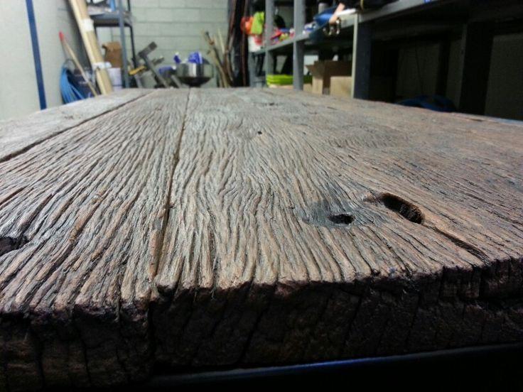 Table en vieux plancher de train