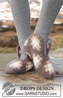 """ith...Tovede og heklede DROPS tøfler satt sammen av bestemor-ruter i """"Eskimo"""". ~ DROPS Design"""