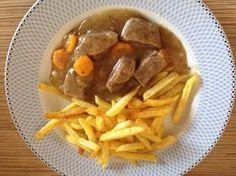 Μοσχάρι λεμονατο με ωραία πηχτή σάλτσα με πατατουλες τηγανητες ή ρυζάκι! Πεντανοστιμο μαμαδίστο φαγάκι! Υλικα 1 κιλο μοσχαρι μπουκιτσες 2 κρεμμυδια μεσαια 2 σκορδα 2-3 καροτα ροδελιτσες Λαδι 1 μεγαλο λεμονι (το χυμο) Αλατι- φρεσκοτριμμενο πιπερι-ριγανη 1 κουταλια της σουπας κορν φλαουερ Εκτέλεση Σε μια κατσαρολα με λαδακι