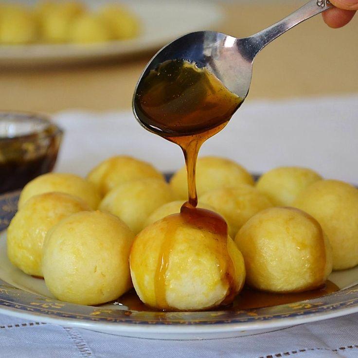 BUÑUELOS ___ INGREDIENTES - 1/2 kilo de yuca cocida - Sal  - Endulzante al gusto  - 4 cucharadas de Ricota - 1 huevo (sustituible) - 2 cdas. de almidón  - 2 cdas., de Aceite de coco PREPARACION 1⃣Forma un puré con la yuca cocida al de te y aún caliente, agrega ricota, endulzante, almidón, añade la clara y reserva la yema. Amasa. Si esta muy húmeda añade más almidón hasta que adquiera la consistencia de plastilina y no se pegue a las manos. 2⃣ Precalienta el horno a 200 •C. Prepara la bandeja…