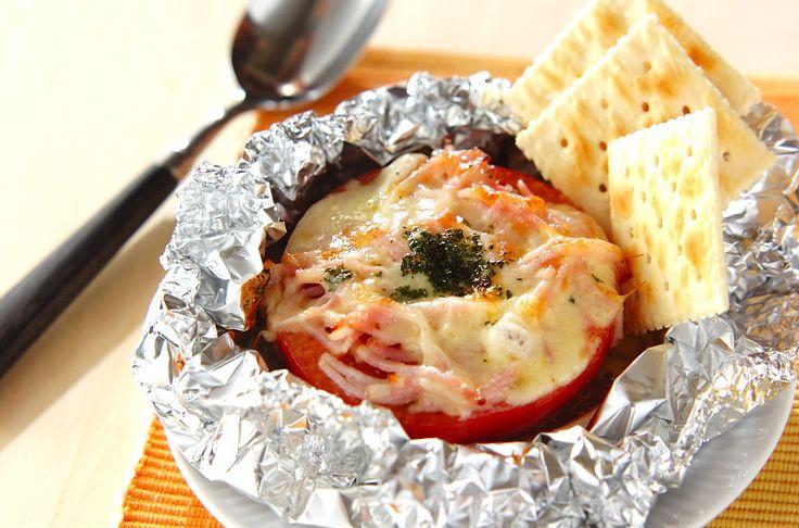半分に切ったトマトにチーズをのせて焼きました。トロッととろけるようなトマトがたまらない。トマトのホイル焼き[洋食/焼きもの、オーブン料理]2010.08.30公開のレシピです。