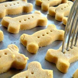 Dog biscuits // Galletas caseras para perro: Ingredientes Un frasco de comida para bebé (Sin ajo y cebolla) 200 gramos de harina integral o blanca  Mezclar los ingredientes horno a 180 ºC. Mientras, elaborar unas bolas con las manos y moldear con la forma deseada  Masa en el horno 15 ó 20 minutos, según el grosor