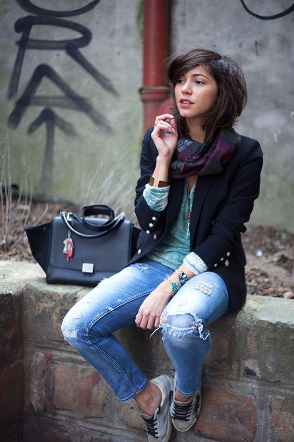 Gescheurde jeans - zwarte blazer - VANS schoenen - zwarte ZARA tas