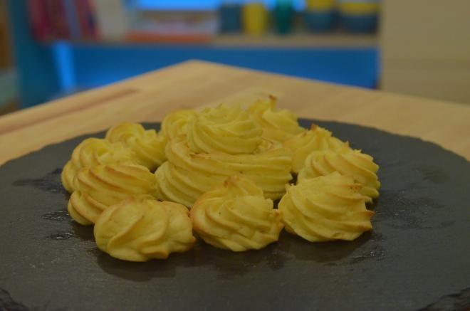 """750g vous propose la recette """"Pommes duchesse maison"""" accompagnée de sa version vidéo pour cuisiner en compagnie de Chef Damien et Chef Christophe."""