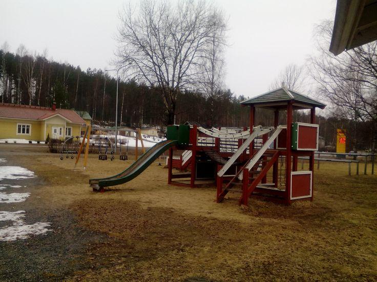 Sulkavalla, Alinan uimapaikan vieressä, on siisti ja mukava lasten leikkipaikka kiipeilytelineineen ja keinuineen.