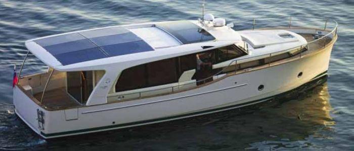 Greenline 40 GL Hybrid embarcación de 12 metros de eslora que utiliza la energía solar para cargar las baterías y navegar más 'limpio'.