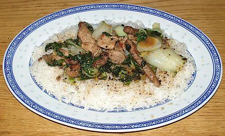 Een eenvoudig en snel recept om te bereiden. Roergebakken varkensvlees en baby paksoi in knoflook en zwarte peper, geserveerd op Basmati rijst. Het gerecht is mild pittig. Bereid door de Happy Chief Cook.