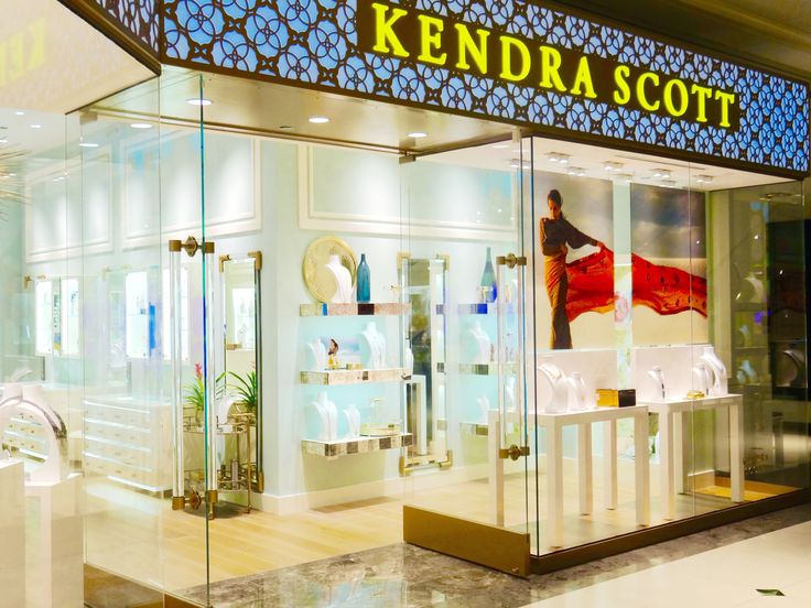 The beautiful storefront of Kendra Scott Michigan Avenue, located in the 900 North Michigan Shops in Chicago. #KendraScott #MichiganAvenue