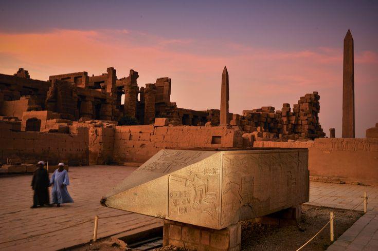 Los obeliscos de Karnak Al fondo de la imagen, los obeliscos de Tutmosis I y su hija Hatshepsut y en primer término la parte superior del gigantesco obelisco truncado de Hatshepsut.