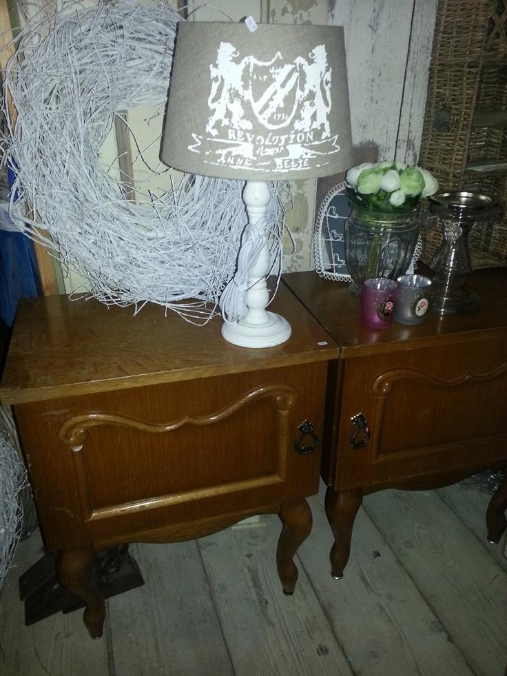 Wij hebben veelal ook meubels op voorraad die nog geverfd moeten worden zoals deze nachtkastjes. Durf jij de klus aan? verven zonder schuren met de verf van Annie Sloan die wij ook verkopen.