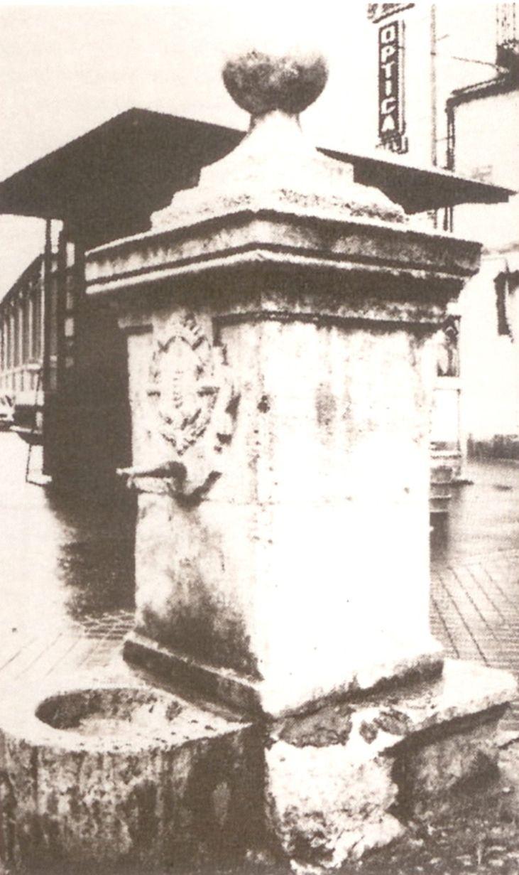 Frente a la antigua cárcel de Chancillería     La subida de las aguas del Pisuerga permitió instalar varias fuentes en la ciudad, entre e...