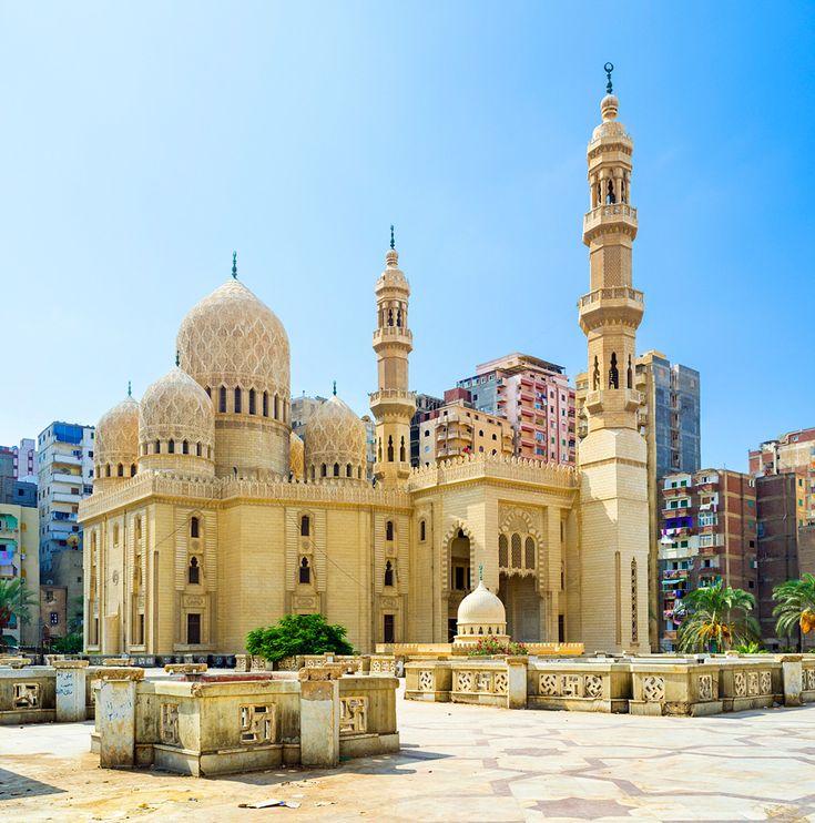 砂漠と同じ黄色のモスク 地中海の真珠と称される港町、エジプト・アレクサンドリア