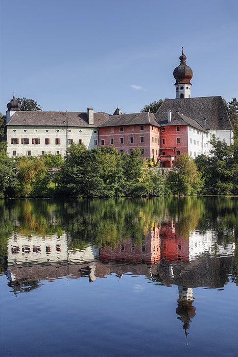 Upper Bavaria, Rupertiwinkel region, view of buildings with Hoeglwoerther See_ Bavaria, Germany