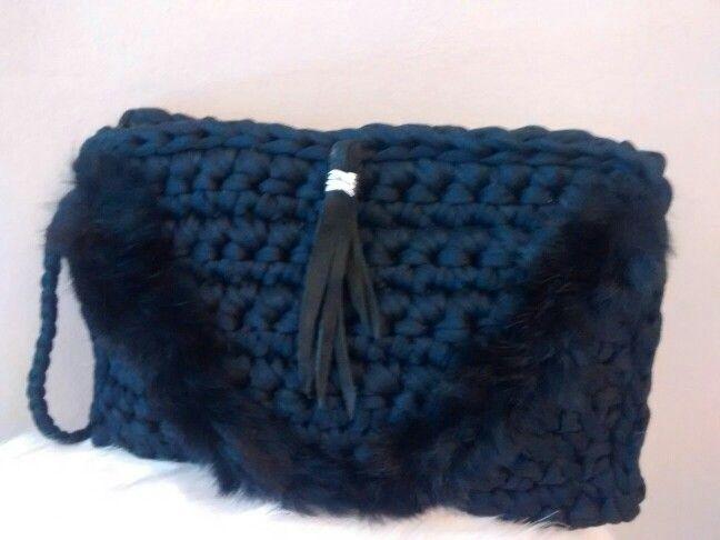 Bolso negro de trapillo con adorno en piel y ante. x