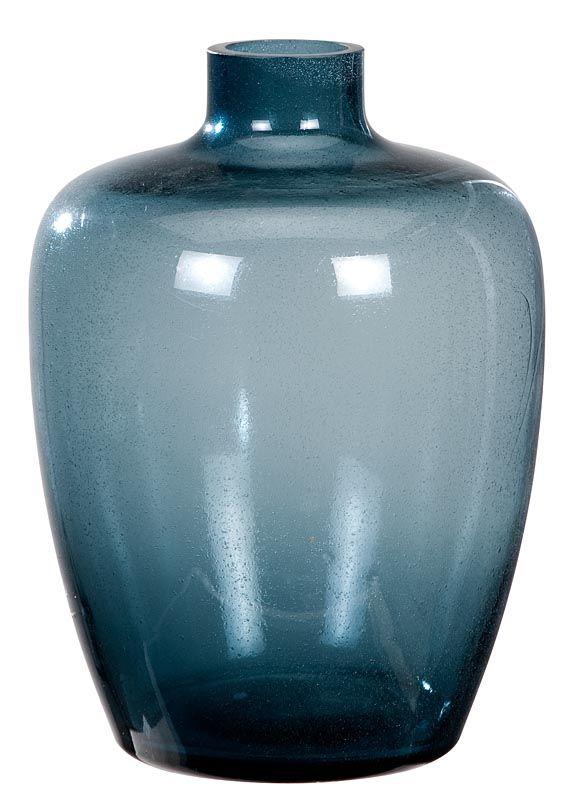 Vaas 101: verschillende formaten, verkrijgbaar in blauw, grijs en helder glas. Tip: zet verschillende groottes vazen naast elkaar voor een speelse compositie #101woonideeen #leenbakker