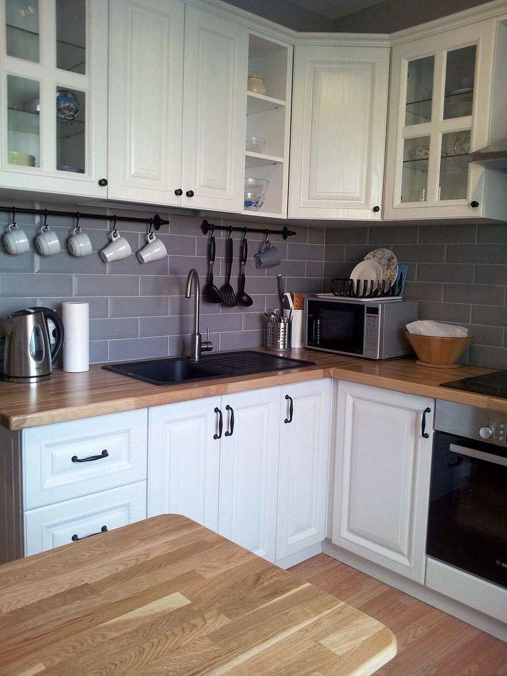 Маленькая угловая кухня в серо-белой гамме. Деревянные столешницы.