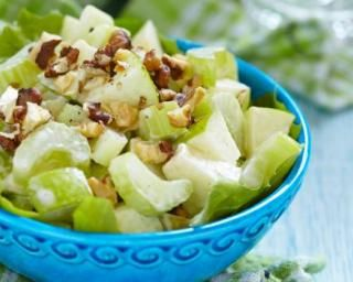 Salade Waldorf drainante pommes, céleri et noix : http://www.fourchette-et-bikini.fr/recettes/recettes-minceur/salade-waldorf-drainante-pommes-celeri-et-noix.html