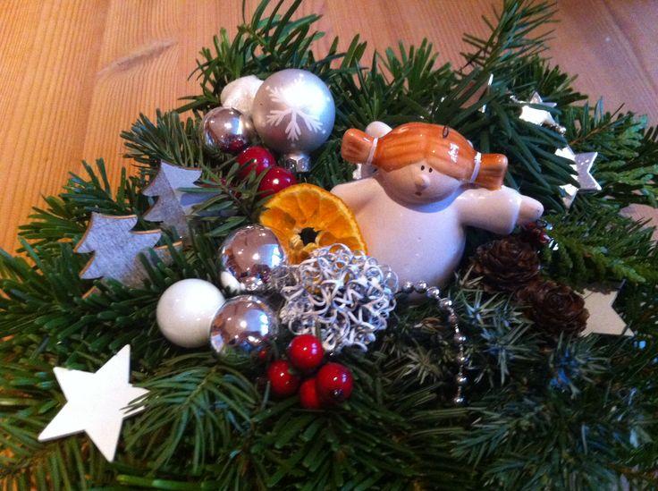 Kleines Weihnachtsgesteck mit Engelchen
