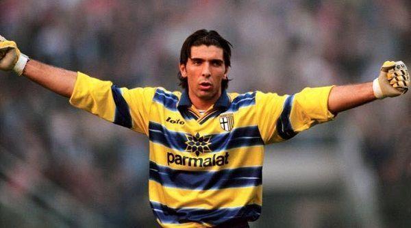 Świetny Włoski bramkarz gra już od 20 lat na najwyższym poziomie • Gianluigi Buffon zadebiutował dokładnie 20 lat temu w Parma FC >> #buffon #football #soccer #sports #pilkanozna
