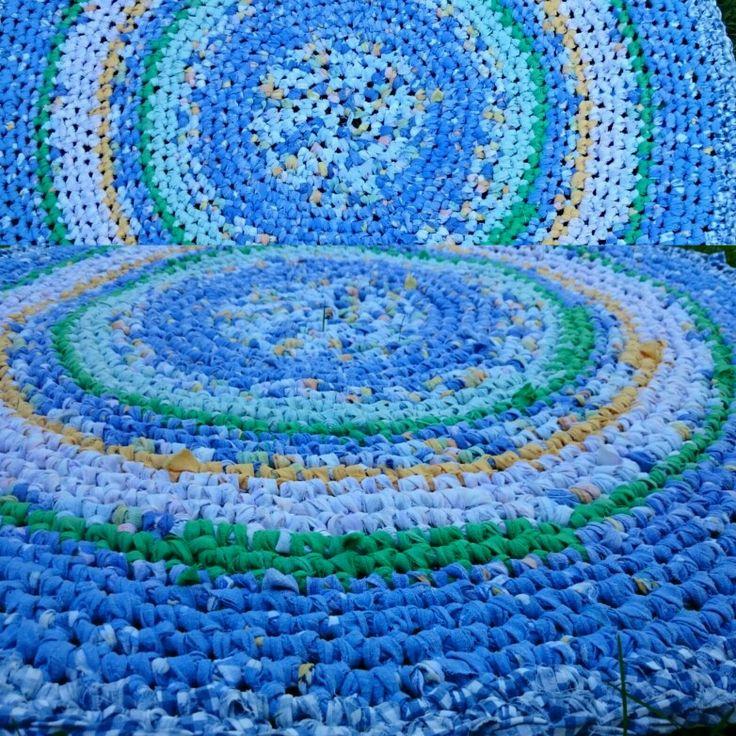 Heklet rye av strimlet sengetøy.  120 cm