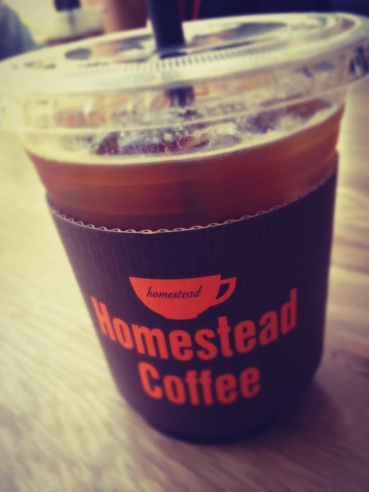 차가운 아메리카노는 이제 안녕입니다. 개인적으로 취향에 맞지 않지만...배고플때에는 라떼가 최고죠. 오늘도 커피 한잔으로 여유를...
