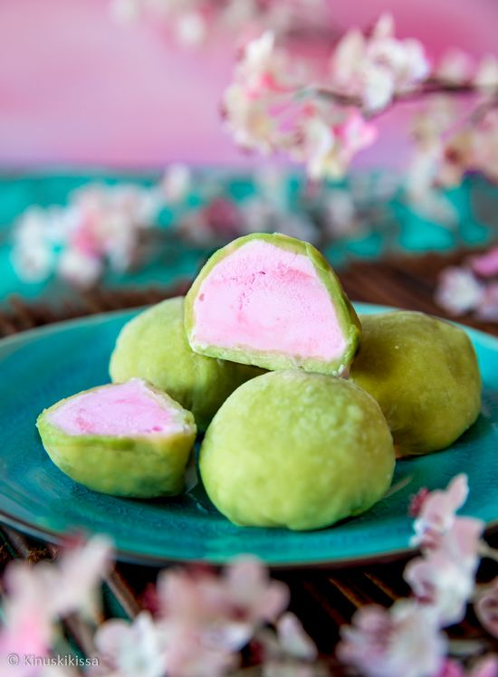 Mochi-jäätelöpallot  Mochi on japanilaista riisimassaa, jota syödään sellaisenaan tai käytetään osana makeisia. Tyypillinen täyte on paputahna tai jäätelö. Leivonnainen on helppo muokata vegaaniseksi ja tai gluteenittomaksi valitsemalla täytteeseen ruokarajoitteisiin sopivan vaihtoehdon. Kasvipohjaisten jäätelöiden tarjonta on nykyään runsasta.
