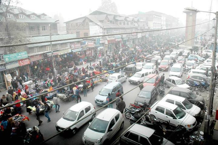Business hub Lal Chowk abuzz as people making purchases of warm clothes in Srinagar. (UNI)