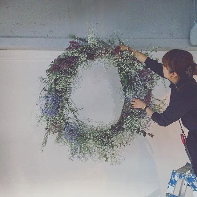 raque_rie on Instagram pinned by myThings 花嫁さまのお着付けにきていたナエちんが、セッティングしてるところ撮ってくれてた☺️脚立の位置たぶん間違えてる、 thanx@atelier_nae #flowers #wedding #wreath #リース #挙式