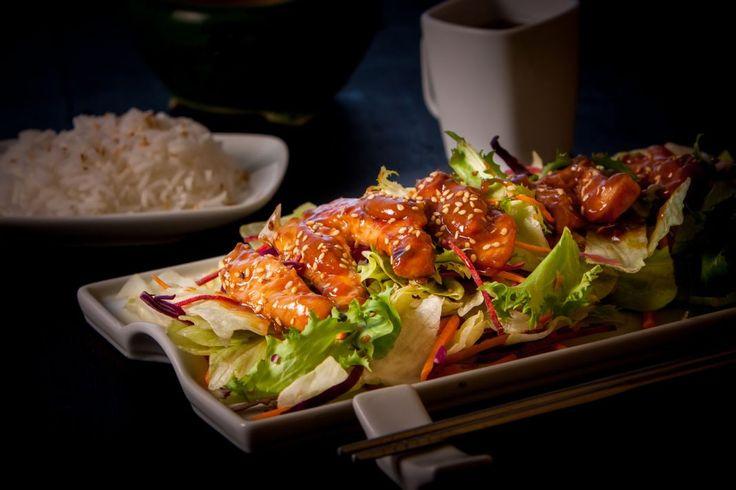 Esta preparación pertenece al libro De la despensa de la chef australiana Donna Hay. Es una receta de pollo salteado, con rasgos muy asiáticos.