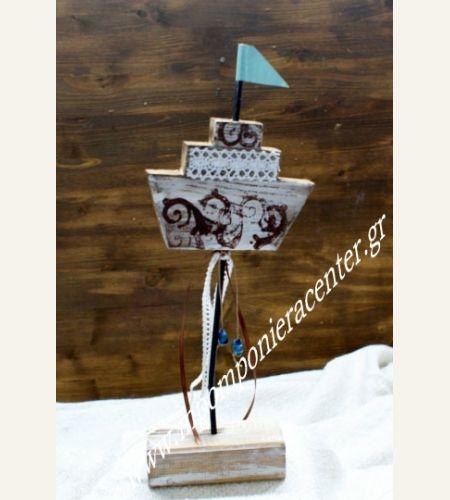 Επιτραπέζιο καραβάκι  σε βάση με σημαιούλα από χαλκό  στολισμένο με λευκή  δαντέλα και χάντρες.